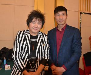 银河传媒总裁与歌手杨臣刚在2017海峡春晚